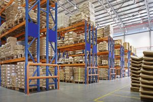 انبار با قفسه های چند لایه در یک کارخانه