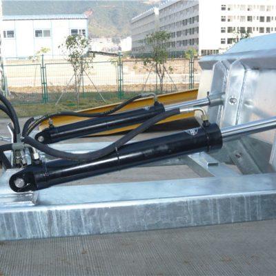 """آسان برای استفاده از ماشینکاری قفل کردن مثبت. زنجیره ایمنی قایق برای حمل وسیله نقلیه را تضمین می کند. درزهای جوش داده شده از نشت جلوگیری می کنند. دهانه های چنگال فوق العاده. 2 """"لب های بالایی تشکیل شده است"""